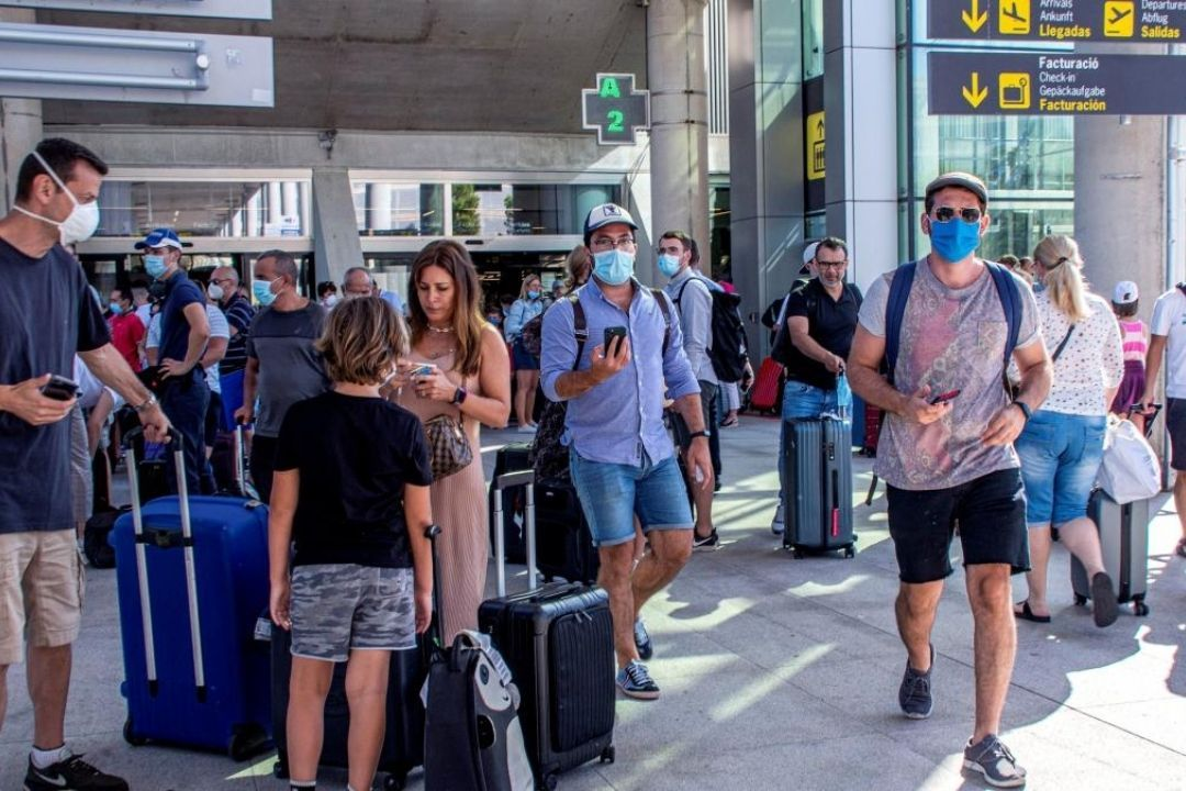 viajeros turistas covid mascarilla test aeropuerto
