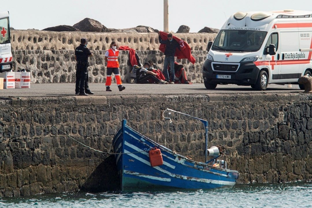 Salvamento rescata a 12 inmigrantes en aguas cercanas a Lanzarote