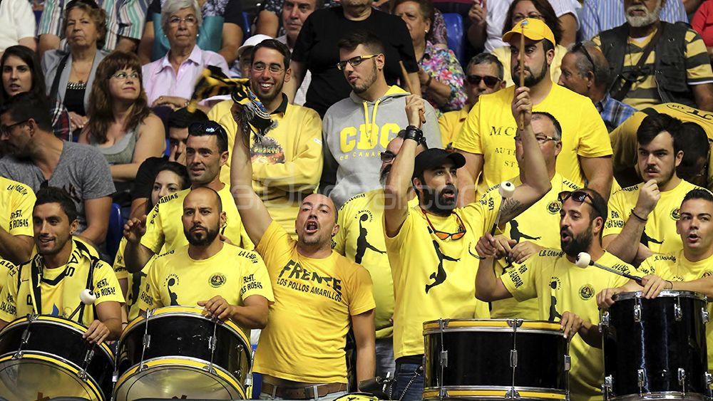 Peña los Pollos amarillos animando durante el partido