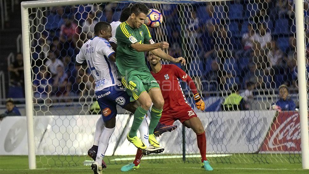 El delantero del Cádiz intenta el remate ante dos defensas blanquiazules