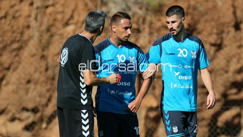 Martí charla con Suso y Álex García tras su discusión. | @Jacfotografo