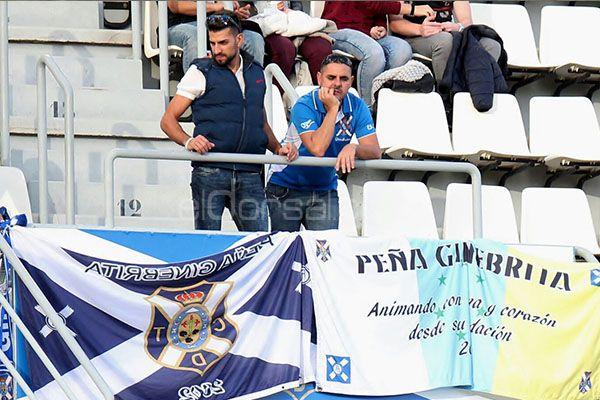 Aficionados de la Peña Ginebrita durante el CD Tenerife-CD Numancia. | @Jacfotografo