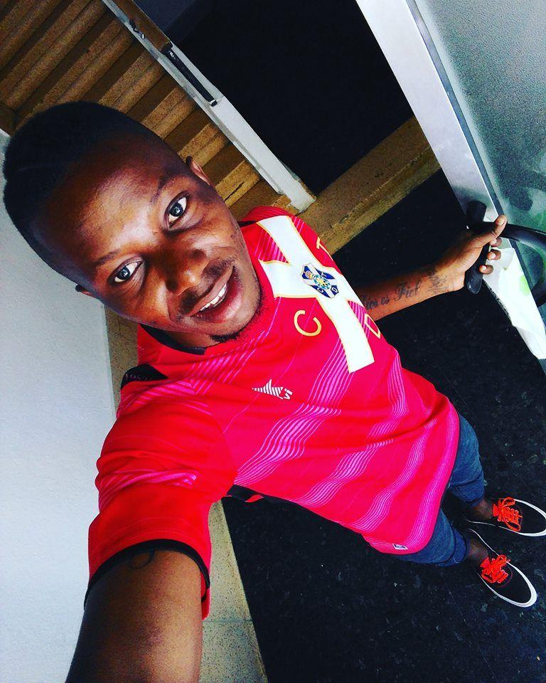 Román, joven guineano con la camiseta del CD Tenerife.