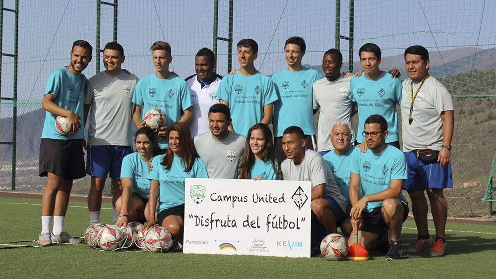 Monitores del Campus United Disfruta del Fútbol, junto a los miembros de Brasil Soccer Academy