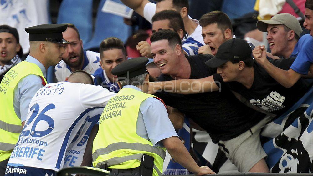 Amath celebra su gol junto a Cristo González y un grupo de aficionados