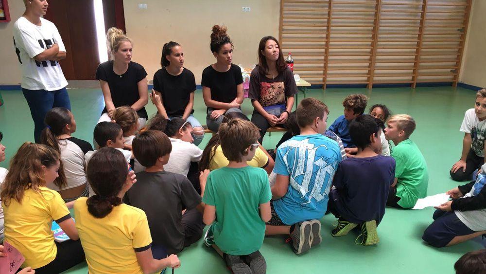 Jugadoras de la UDG Tenerife pasan una jornada con el alumnado del Colegio Parque La Reina