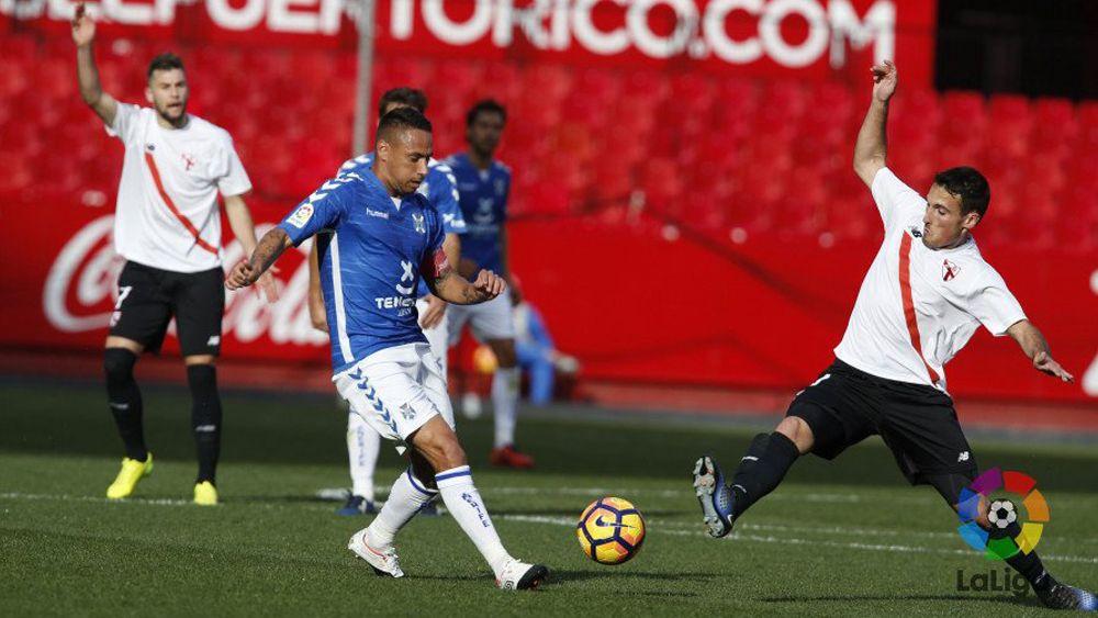 El CD Tenerife mantiene plaza de playoff tras empatar en Sevilla