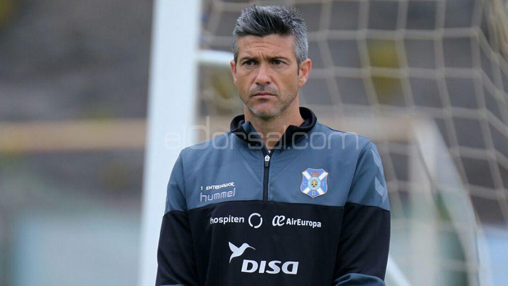 Martí, entrenador del CD Tenerife, durante un entrenamiento en El Mundialito