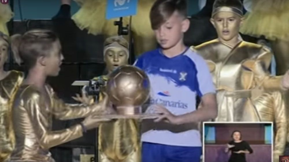 Los Distraídos entregan el balón de oro a Vitolo