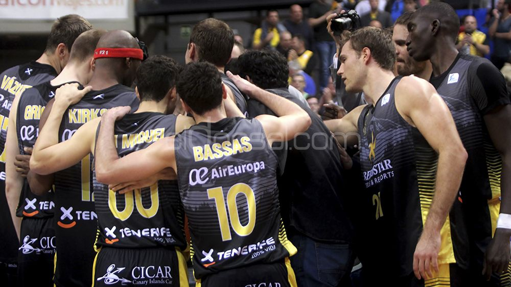 Los jugadores del Iberostar Tenerife hacen piña tras acabar el encuentro