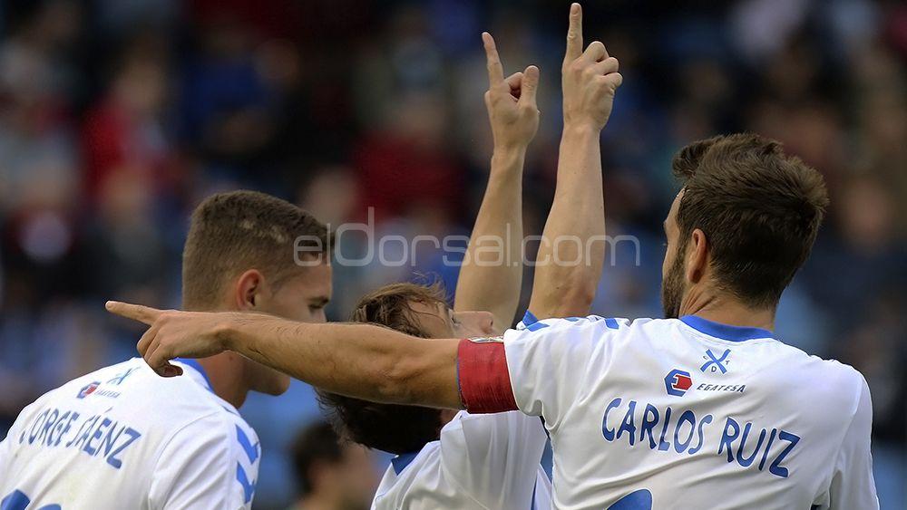 Raúl Cámara celebra su gol con los brazos a cielo