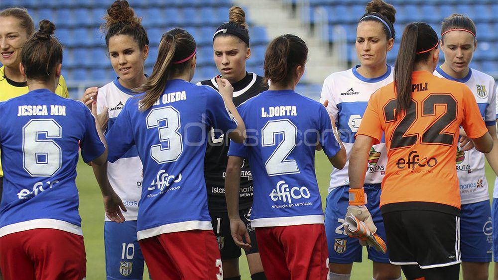 las jugadoras de la UDG Tenerife y UD Tacuense en el saludo inicial