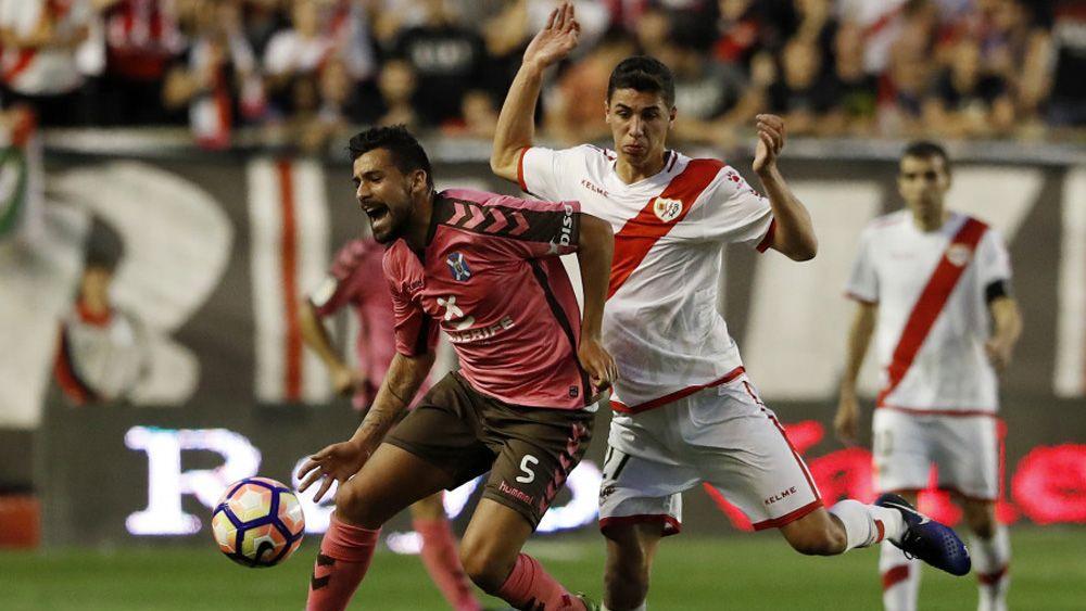 El CD Tenerife sufre sobremanera para amarrar un balsámico punto en Vallecas