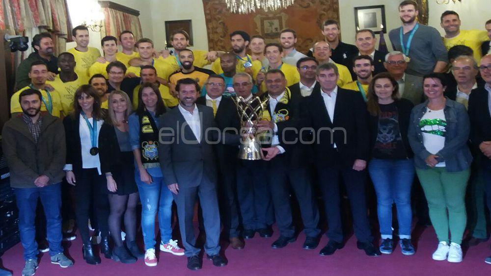 Foto de familia con el trofeo