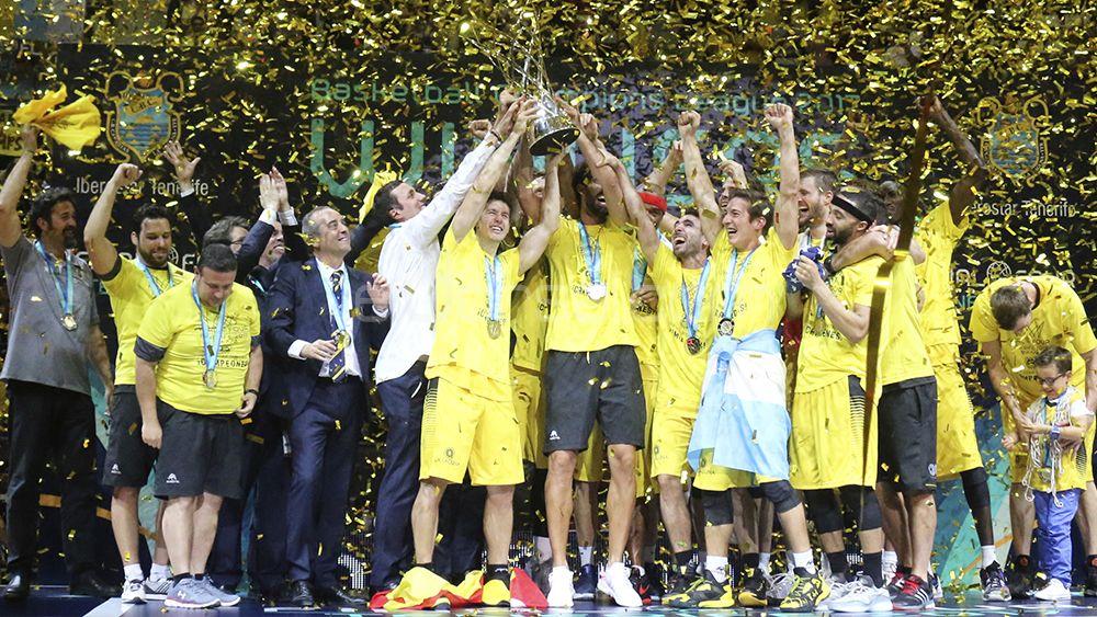 La plantilla de CB Canarias levanta el título de campeón de la BCL