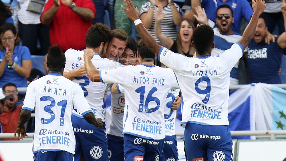 Los jugadores celebran el gol de Jorge Sáenz