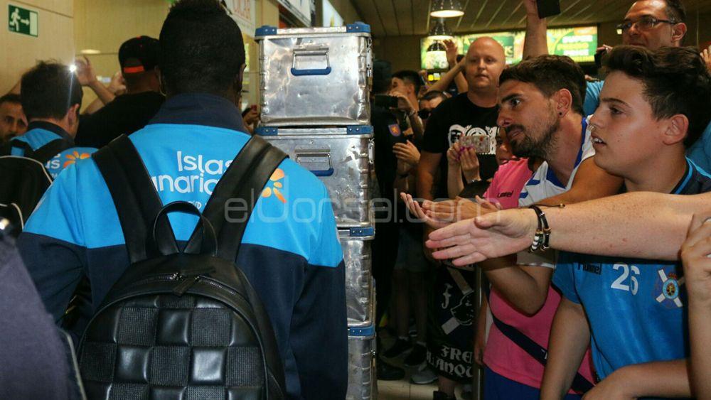 El brillante recibimiento de la afición al CD Tenerife a su llegada a la Isla