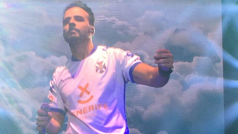 Luis Fonsi se luce en el escenario con la camiseta del CD Tenerife
