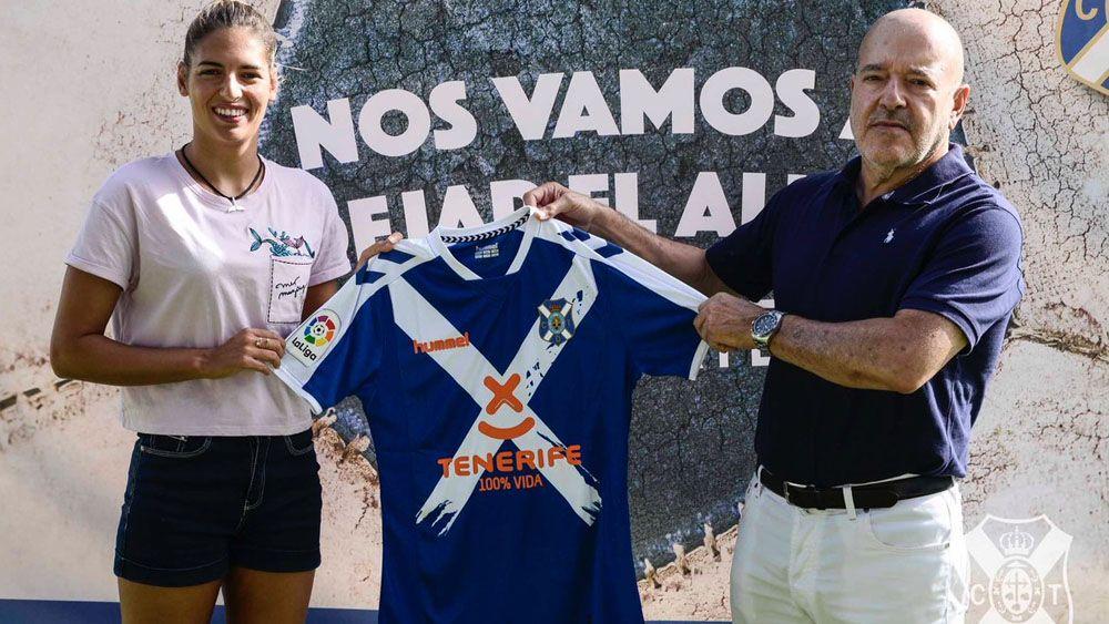 Michelle Alonso presenta la segunda camiseta del CD Tenerife