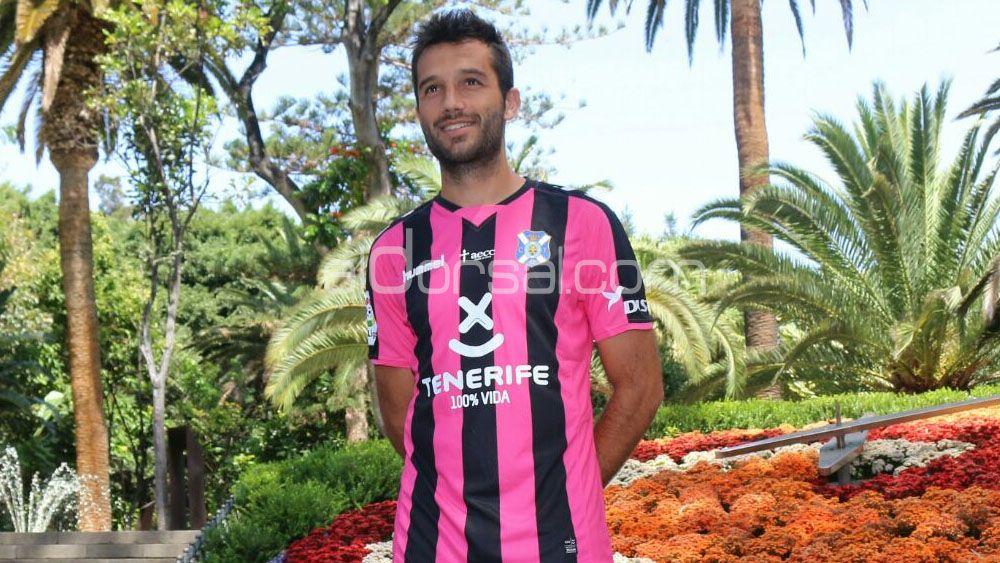 La tercera equipación del CD Tenerife, a rayas rosadas y negras