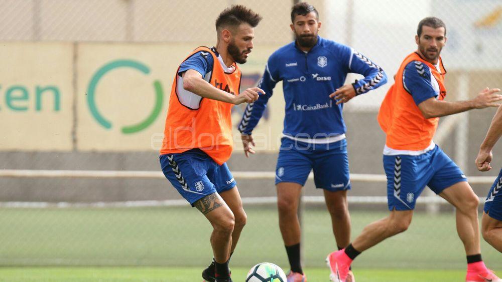 """Tayron: """"Al CD Tenerife le viene bien sumar fuera de casa, puntuamos en un campo difícil"""""""