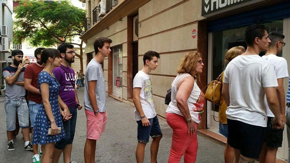 Colas para adquirir las nuevas equipaciones del CD Tenerife