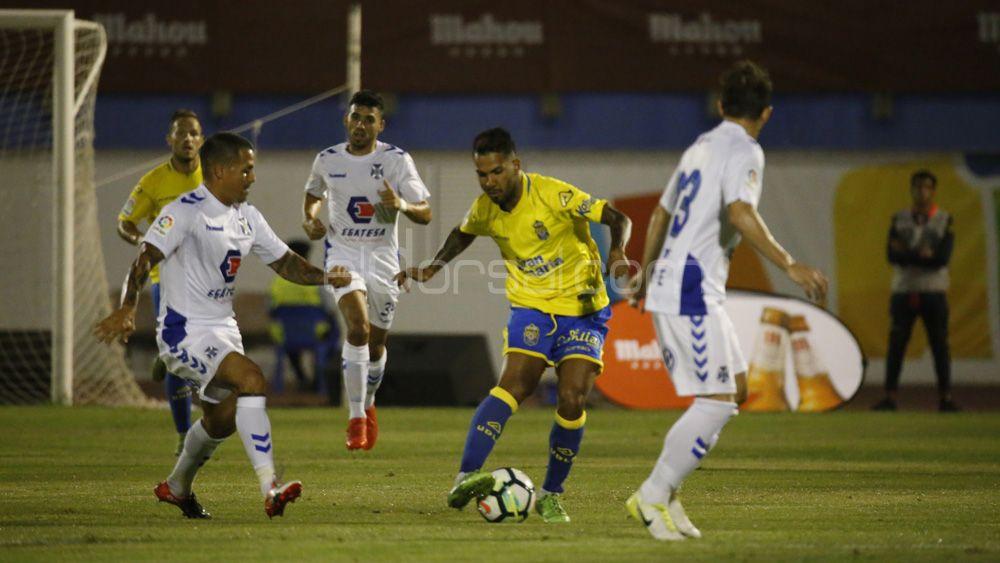 El CD Tenerife cae con justicia ante una inspirada UD Las Palmas
