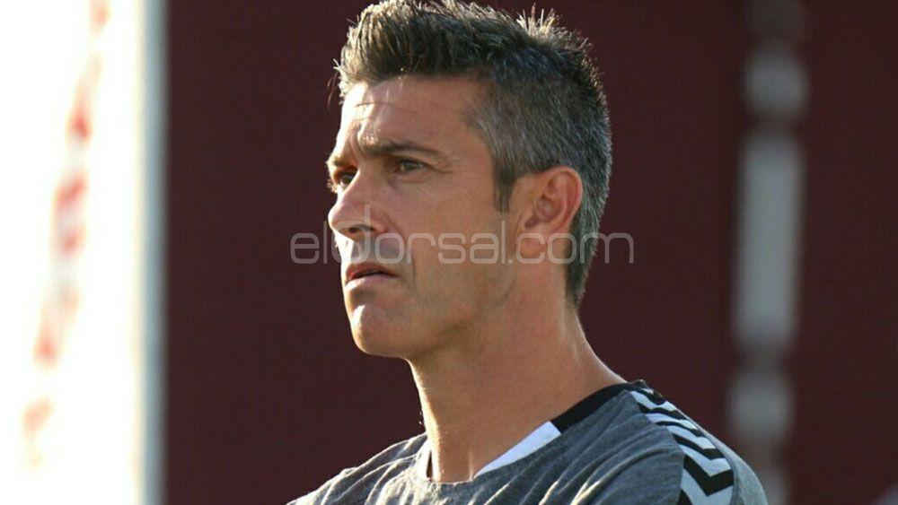 Martí quiere quitarle el balón al FC Barcelona B