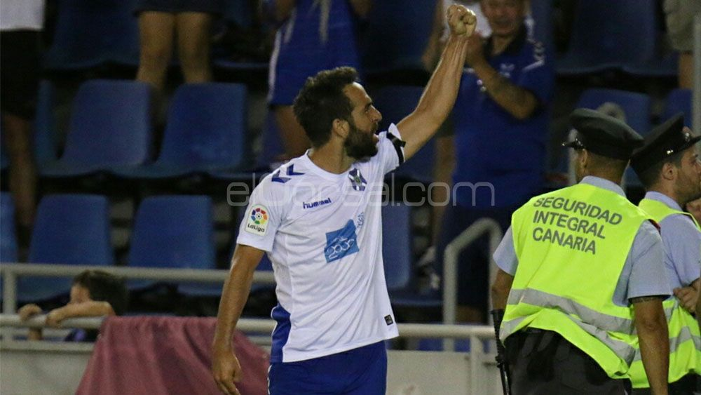 Un cabezazo de Carlos Ruiz da los tres primeros puntos de la temporada al CD Tenerife
