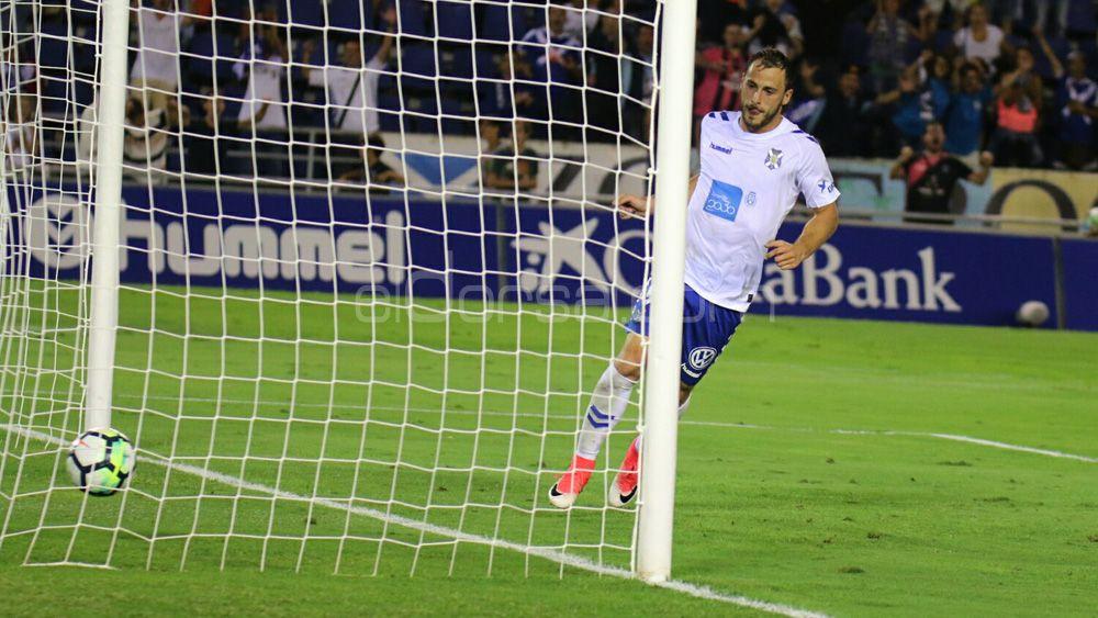 La afición del CD Tenerife quieren a Casadesús y Malbasic en ataque