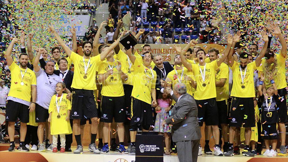Nicco Richoti levanta el trofeo junto a sus compañeros del iberostar tenerife