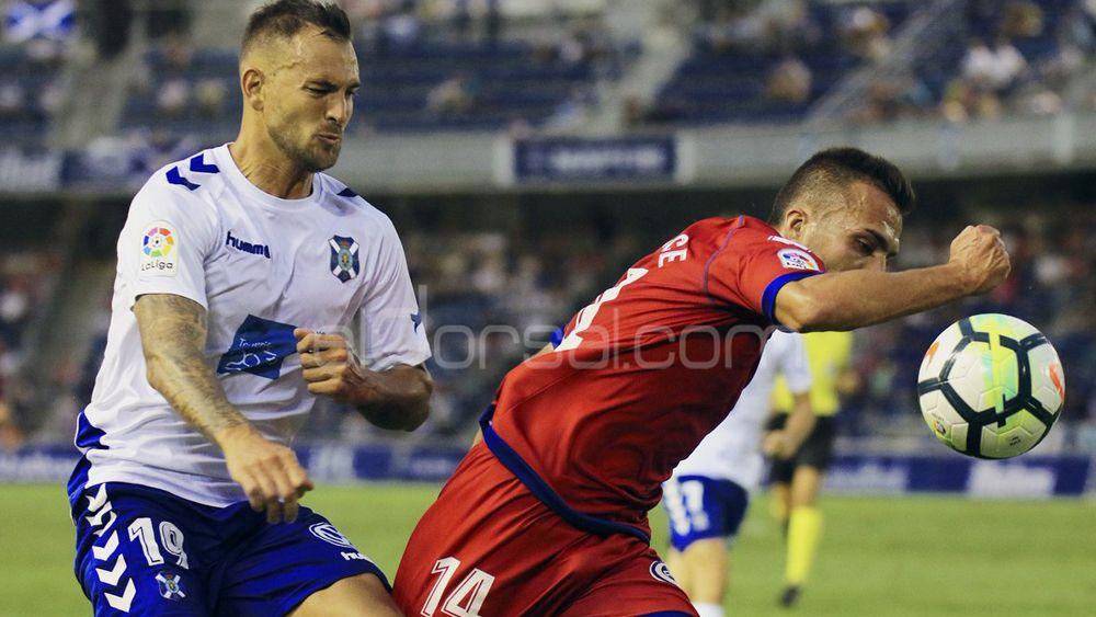La defensa del CD Tenerife da un paso adelante en un momento clave