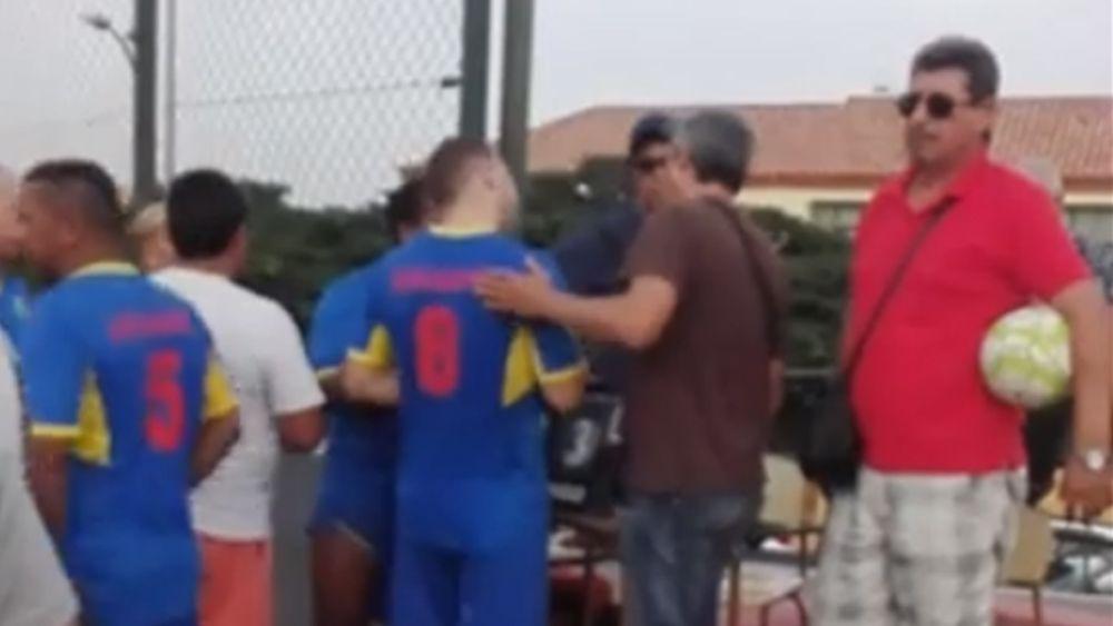 Un árbitro de fútbol sala aficionado recibe un puñetazo y el agresor es aplaudido