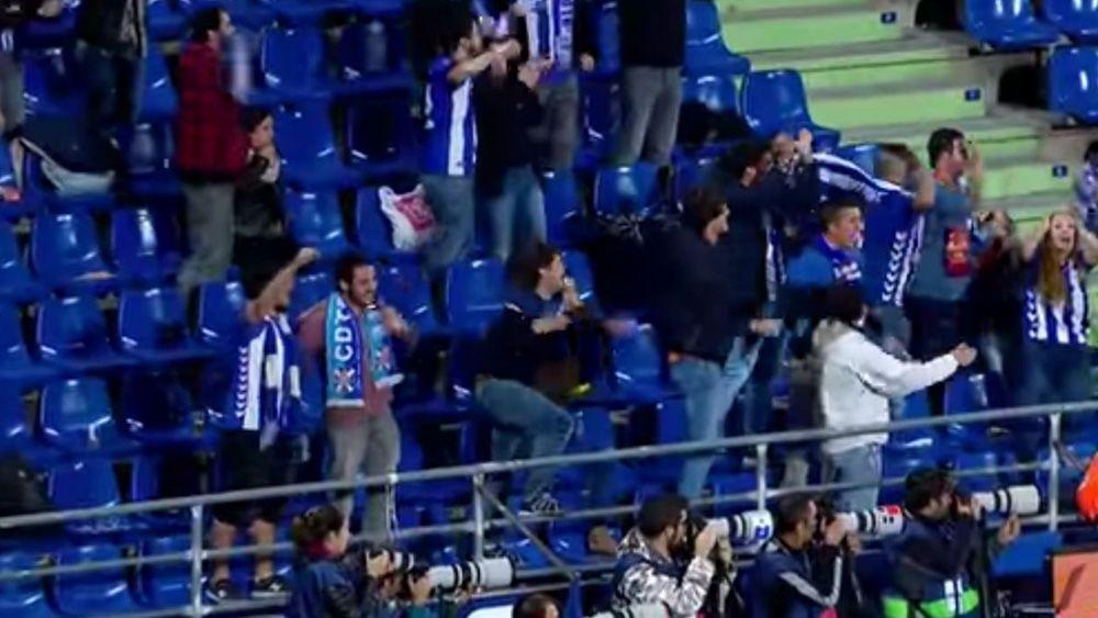 Marca el Alavés en Getafe y lo celebra…¡con la bufanda del CD Tenerife!