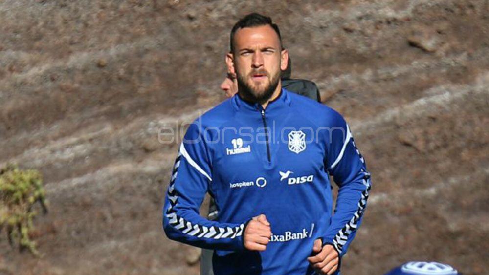El central del CD Tenerife Lucas Aveldaño entrena duro en vacaciones
