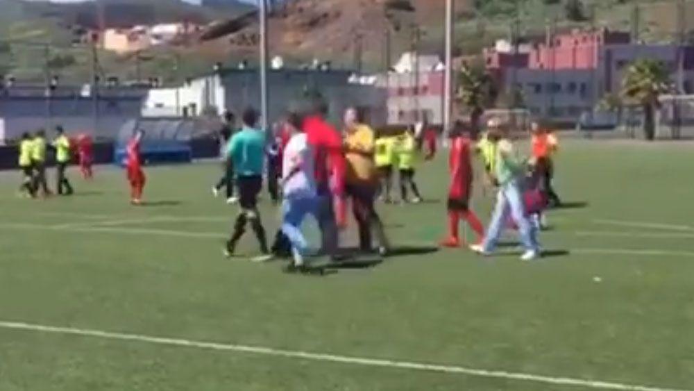 Un partido de niños de 10 y 11 años acaba con padres insultando e increpando al árbitro