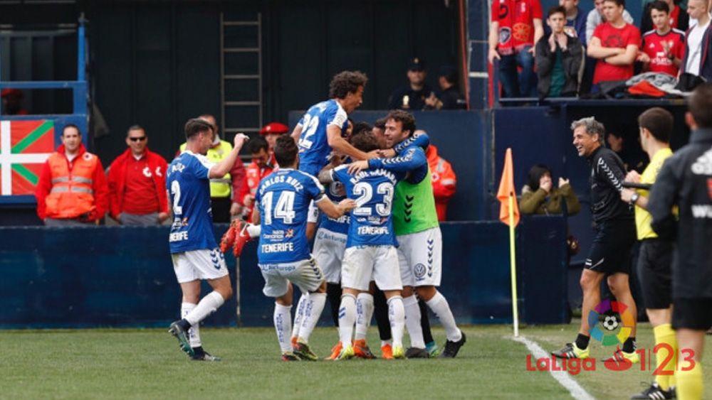 El CD Tenerife conquista El Sadar con mucho oficio y se aferra al sueño del playoff