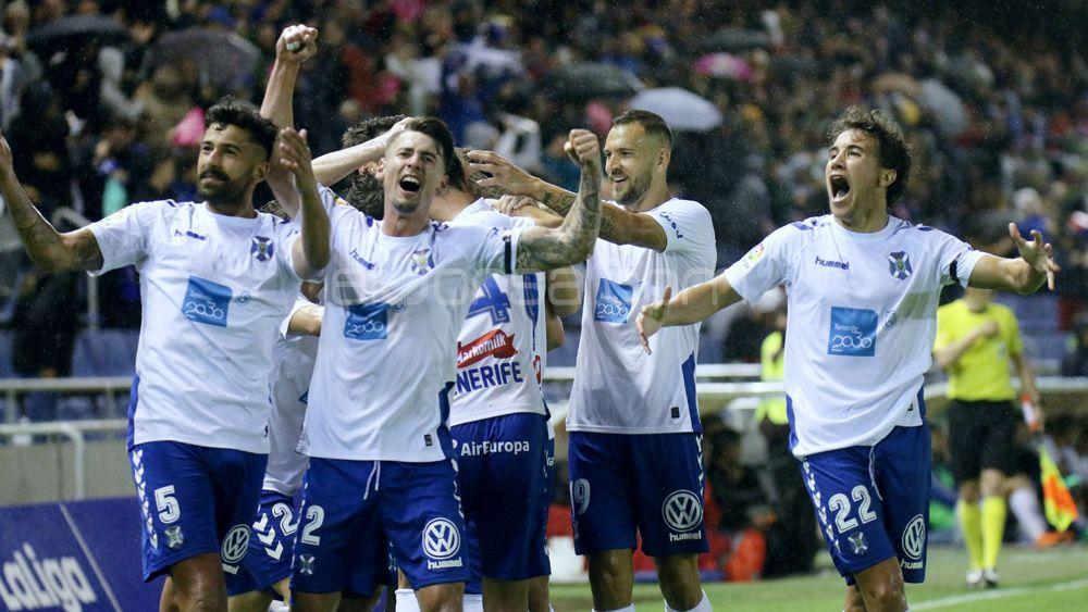 Las imágenes de una victoria que dispara la ilusión en el CD Tenerife y su afición