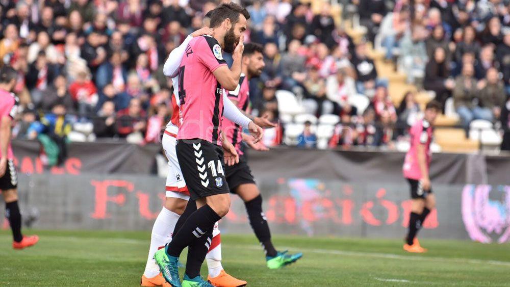 El CD Tenerife cae en la batalla de Vallecas y dice adiós al sueño del playoff de forma virtual