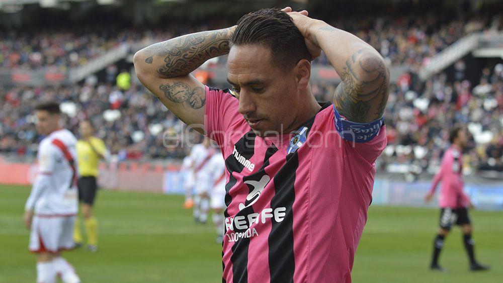 Los jugadores del CD Tenerife, solos ante el 'peligro'