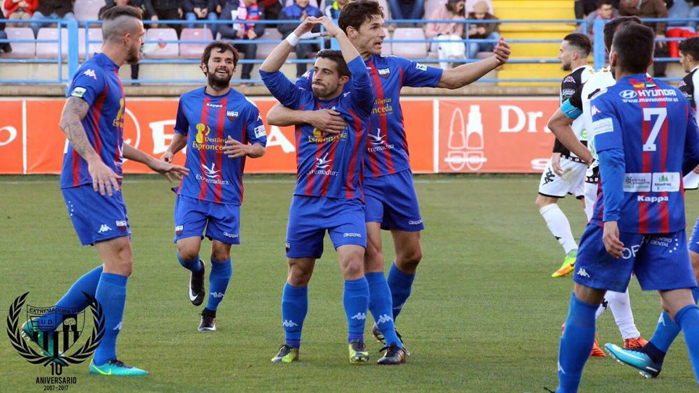 Tres tinerfeños, a un paso de Segunda División con el Extremadura