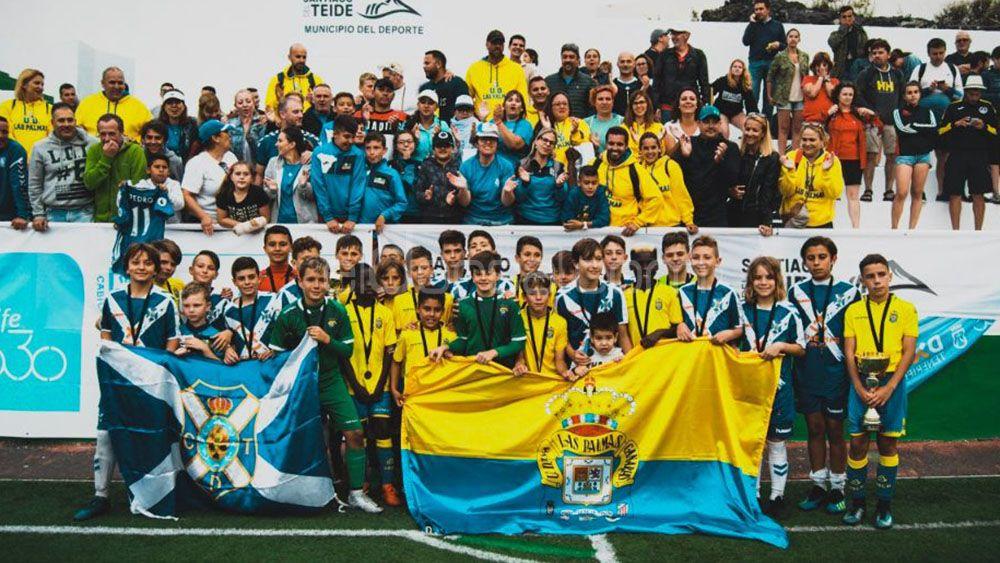 Deportividad entre las aficiones del CD Tenerife y la UD Las Palmas en Santiago del Teide
