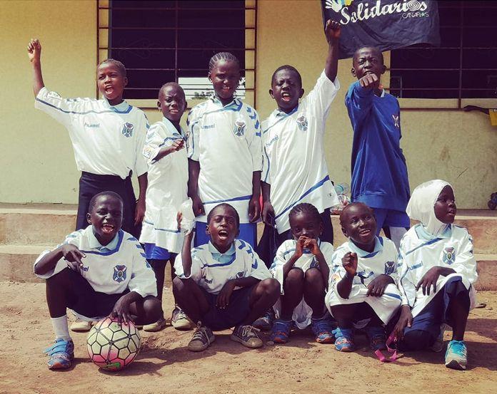 Los chicos del colegio Jalo Koto, con la equipación del CD Tenerife | Solidarios Canarios