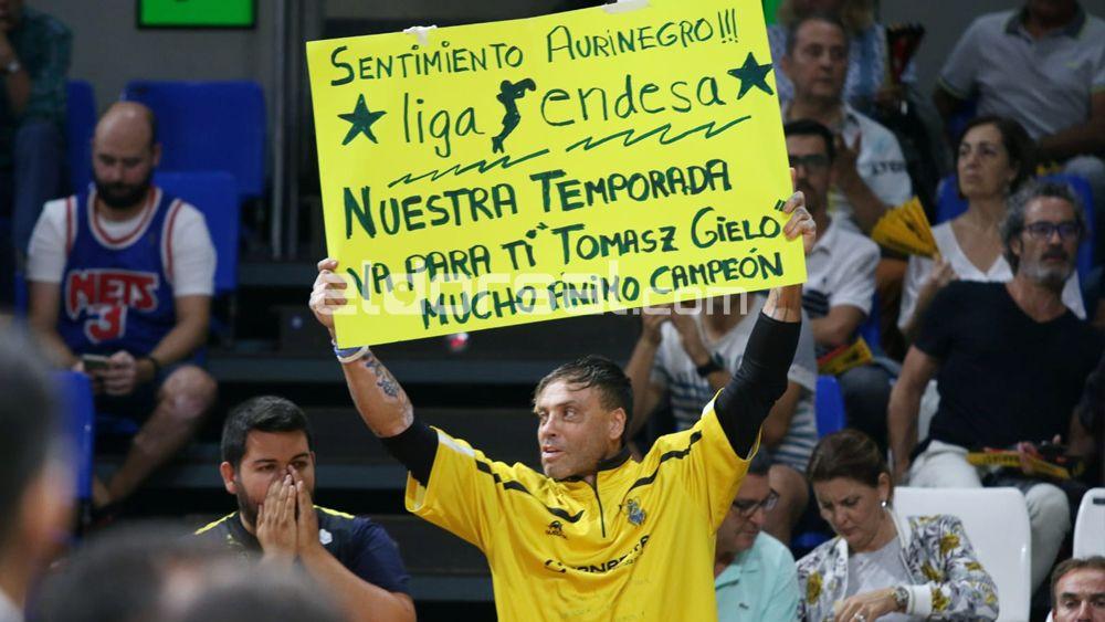 Alexis, aficionado del Iberostar Tenerife, con una pancarta de apoyo a Tomasz Gielo | @jacfotografo
