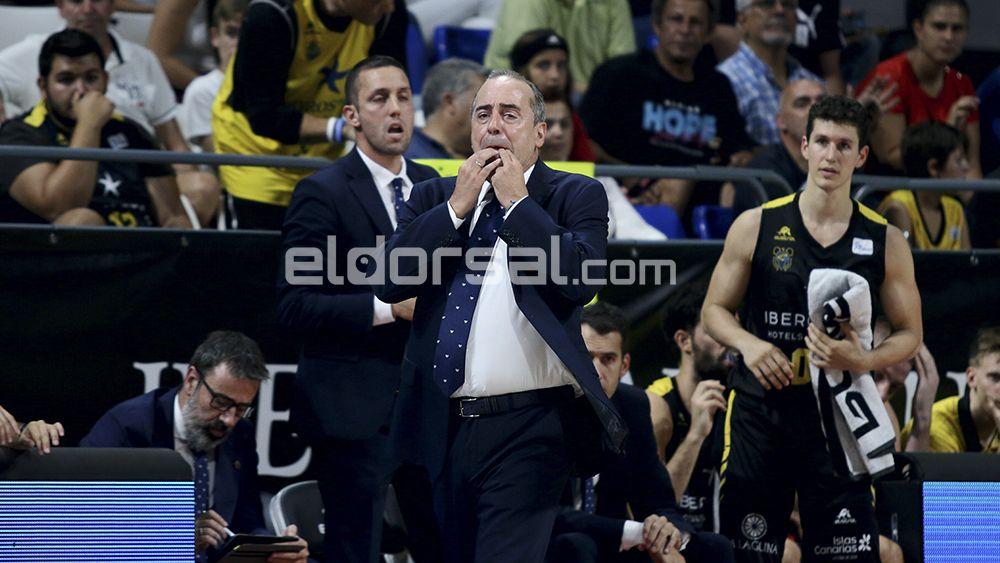 Txus Vidorreta, entrenador del Iberostar Tenerife, dando órdenes | @jacfotografo