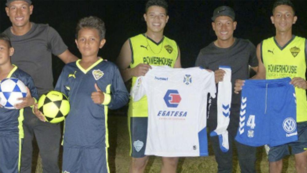 Bryan Acosta lleva equipajes del CD Tenerife a niños en Honduras