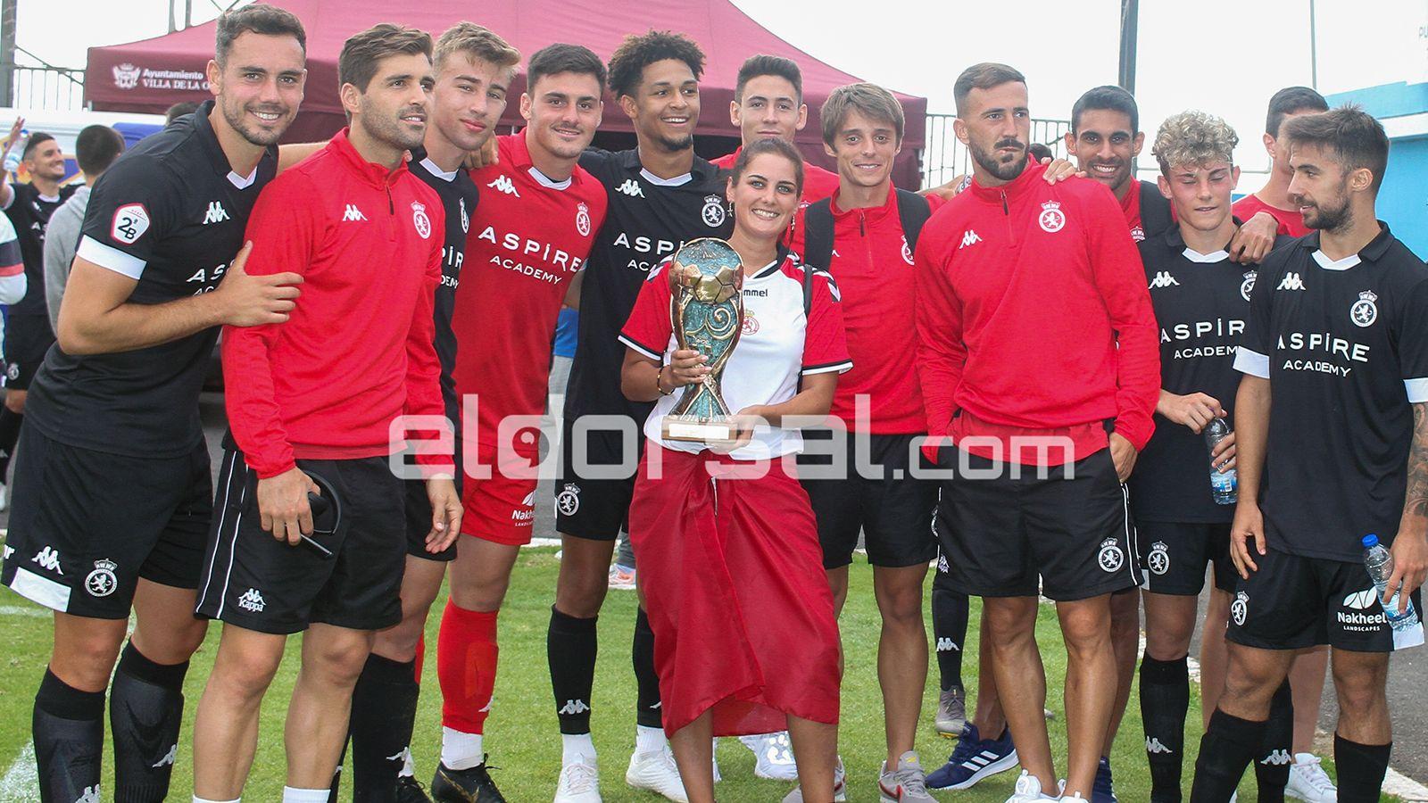 La Cultural Leonesa con el trofeo de campeón / @jacfotografo