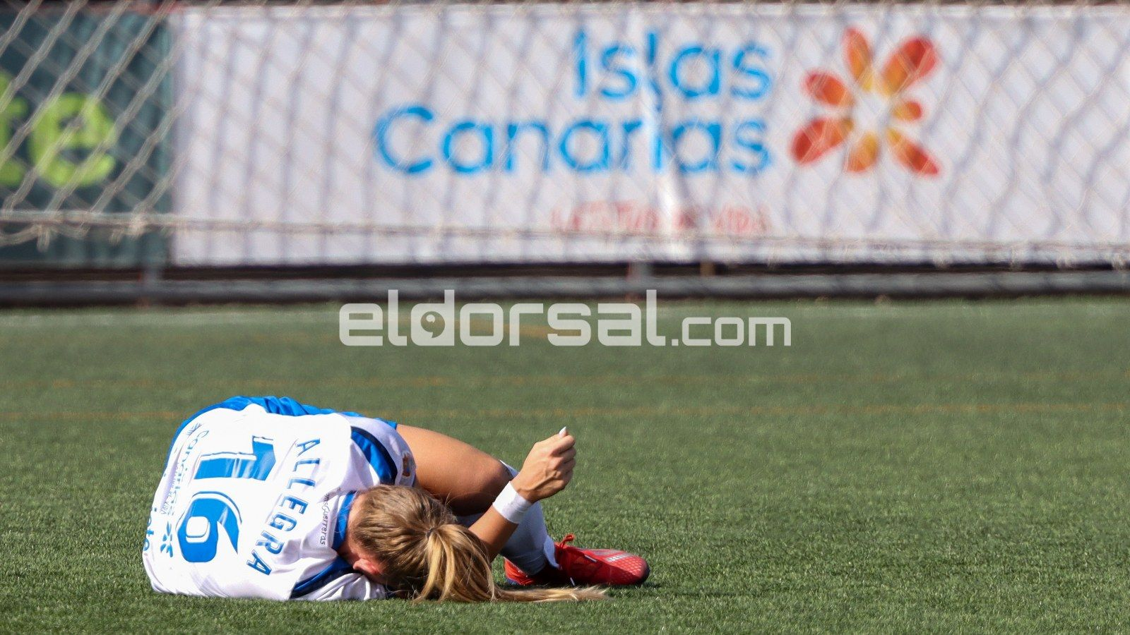 La jugadora de la UDG Tenerife Allegra, dolorida en el suelo / @jacfotografo