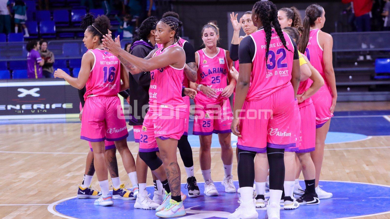Las jugadoras se felicitan tras acabar el partido / @jacfotografo