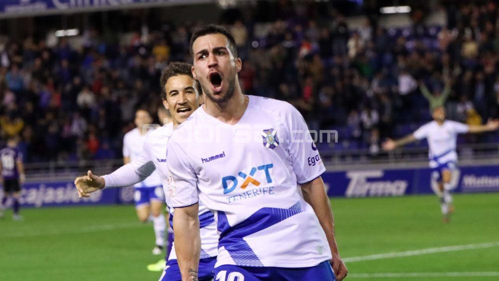 El delantero del CD Tenerife Joselu celebra un gol | @jacfotografo